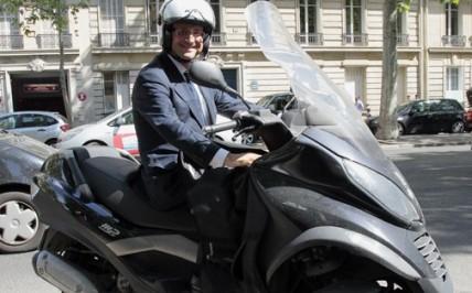 francois-hollande-roule-en-scooter-de-marque-italienne